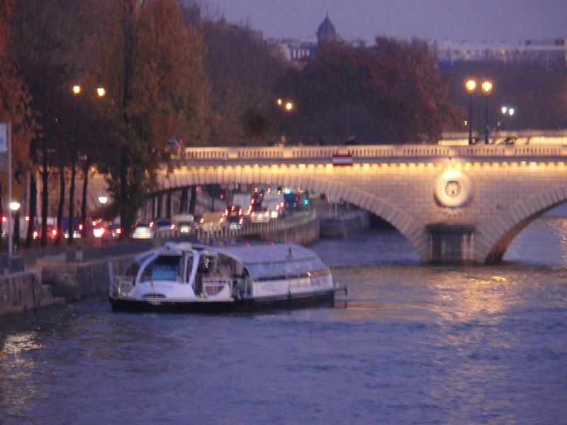 Ăn tối khi đi du thuyền sông Seine